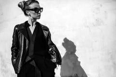 Övre mode för slut; lyxig stående av att bedöva den sexiga kvinnan, mycket perfekta kanter och framsida, solglasögon för solig da Royaltyfri Foto