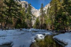 Övre och lägre Yosemite Falls - Yosemite nationalpark, Kalifornien, USA Royaltyfri Bild
