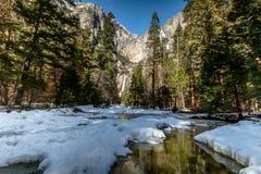 Övre och lägre Yosemite Falls - Yosemite nationalpark, Kalifornien, USA Royaltyfri Fotografi