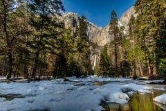 Övre och lägre Yosemite Falls - Yosemite nationalpark, Kalifornien, USA Royaltyfri Foto