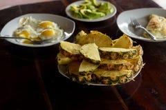 Övre platta för slut med ananasskivor, stekte ägg och avokadot arkivfoton