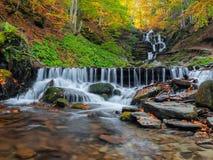 övre sikt för carpathian berg Autumn Waterfall Shipot Arkivbilder