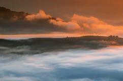 övre sikt för carpathian berg Berg som täckas i mist på soluppgång Royaltyfria Bilder