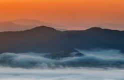 övre sikt för carpathian berg Berg som täckas i mist på soluppgång Royaltyfri Bild