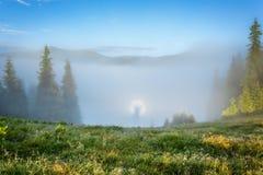 övre sikt för carpathian berg Brokensky spöke, mist Arkivfoton