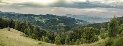 övre sikt för carpathian berg Passerande Nemchich, Ukraina royaltyfri foto