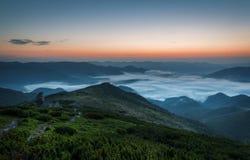 övre sikt för carpathian berg Soluppgång i bergen med dimma Royaltyfri Bild