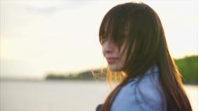 Övre sikt för härligt caucasian kvinnaslut av hennes framsida solljus lager videofilmer