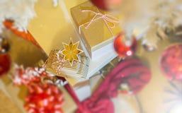 Övre sikt för julklappar arkivfoton