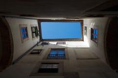Övre sikt för raksträcka av valvgången för himmel från under i Alfama, Lissabon Arkivfoton