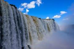 Övre sikt för slut av att applådera vatten av Iguazu Falls med att studsa mass av mist i den Iguacu nationalparken Royaltyfri Foto