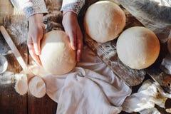 Övre sikt för slut av bagaren som knådar deg hemlagat bröd Händer pre Royaltyfri Bild
