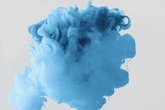 Övre sikt för slut av den ljusa gränsen - blå målarfärgfärgstänk Royaltyfri Foto