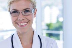Övre sikt för slut av den lyckliga kvinnliga doktorn som ser kameran Arkivbilder
