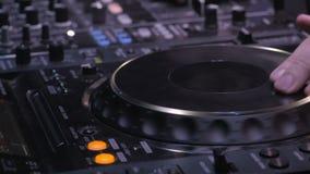 Övre sikt för slut av diskjockeyn Hands Mixing Music på hans däck i nattklubben stock video