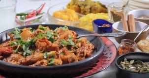 Övre sikt för slut av en feg tikkamasala med indiska kryddor Royaltyfri Fotografi