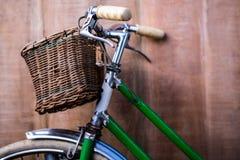 Övre sikt för slut av en gammal grön cykel Arkivbild