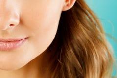 Övre sikt för slut av en härlig mun för ` s för ung kvinna med perfekt li Royaltyfria Foton