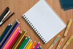 Övre sikt för slut av färgpennor kulöra blyertspennor Kulöra blyertspennor på träbakgrund Fotografering för Bildbyråer