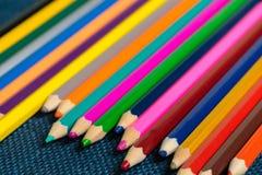 Övre sikt för slut av färgpennor kulöra blyertspennor Kulöra blyertspennor på träbakgrund Arkivbild