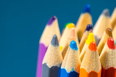 Övre sikt för slut av färgpennor kulöra blyertspennor Kulöra blyertspennor på träbakgrund Arkivfoton