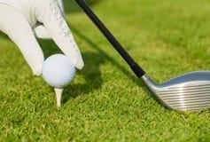Övre sikt för slut av golfboll på utslagsplats Royaltyfria Bilder