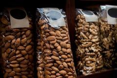 övre sikt för slut av mandlar och valnötter arkivfoto