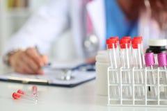 Övre sikt för slut av medicinska flaskor Arkivfoto
