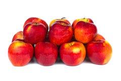 Övre sikt för slut av några röda äpplen Arkivfoton