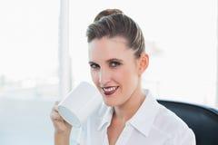 Övre sikt för slut på affärskvinnan som har kaffe Arkivbild