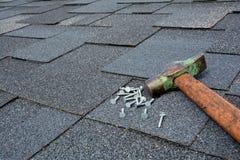 Övre sikt för slut på Asphalt Roofing Shingles Background Taksinglar - taklägga Asphalt Roofing Shingles Hammer och spikar Royaltyfri Foto