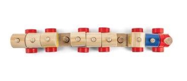 Övre sikt för träleksakdrev med färgrika block som isoleras över vit Royaltyfri Foto