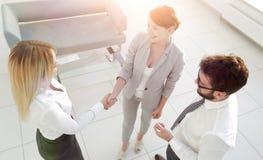 övre sikt handskakning av affärspartners på möte in Arkivbild