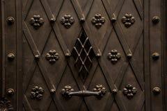 Övre textur för slut av den bruna bearbetade och dekorerade dörren för järn i europeisk stil Royaltyfri Foto