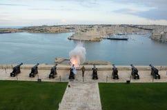 ÖvreBarrakka trädgårdar & saluterabatteri med kanoner i Malta arkivbilder
