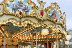 Övrebeståndsdelen av barnens karusell med exponerat fotografering för bildbyråer