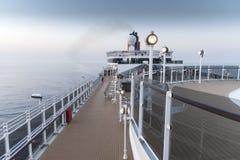 Övredäcket på drottningen Elizabeth för Cunard ` s på gryning Royaltyfri Bild
