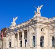 Övredel av den Zurich operahusbyggnaden Arkivbilder