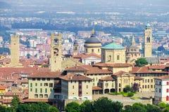 Övredelen av Bergamo med kyrkor och monument arkivfoto
