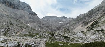 Övredelen av den Kot dalen nedanför det Dom Valentina Stanica berget förlägga i barack i Julian Alps arkivfoton