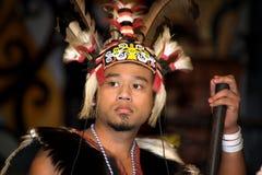 Övredelen av en ung man klädde som en krigare med den huvudbonaden arkivbild
