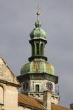 Övredelen av tornet av kyrkan i abbotskloster Bernardi Arkivfoton