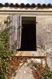 Övrefönster av det övergivna lantgårdhuset Royaltyfri Foto