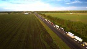 Övreflyg längs den moderna huvudvägen från plats för auto olycka stock video