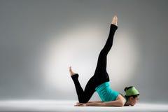 Övrekroppbenägenhet för kvinnlig idrottsman nen mot golv arkivfoto