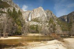 Övrenedgångar och Merced flod på Yosemite Royaltyfri Foto