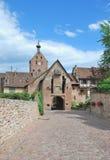 Övreporten, Riquewihr, Alsace, Frankrike Royaltyfri Bild