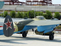 ÖvrePyshma, Ryssland - Juli 2, 2016: Den sovjetiska prövkopian för dykbombplan Pe-2 av 1941 - en utställning av museet av militär Arkivfoton