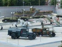 ÖvrePyshma, Ryssland - Juli 02, 2016: Olik militär utrustning i den öppna luften i museum av militär utrustning ovanför sikt Royaltyfri Bild