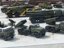 ÖvrePyshma, Ryssland - Juli 02, 2016: Olik militär utrustning i den öppna luften i museum av militär utrustning ovanför sikt Royaltyfri Foto